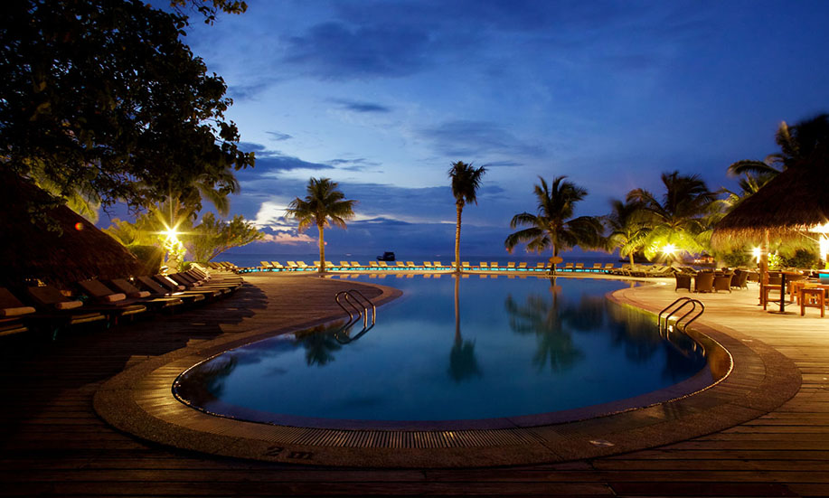 Kuredu Island Resort night pool